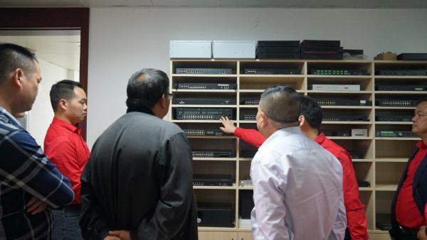 研发部经理向电力公司专家团介绍迈世动环监控主机
