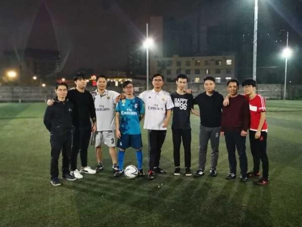 迈世足球小分队享受运动,绿茵场上的雨夜鏖战