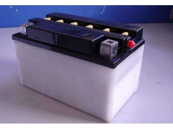 免维护蓄电池与传统蓄电池在使用上的异同